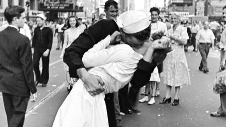 Glenn McDuffie kissing nurse Edith Shain on V-J Day
