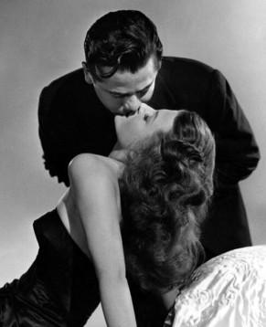 Rita Hayworth & Glenn Ford kissing in Gilda