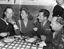 dinah-shore-celebrates-thanksgiving-at-the-hollywood-canteen-1943