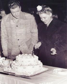 2670-sheridan cuts cake