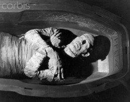 Boris Karloff in Coffin in The Mummy