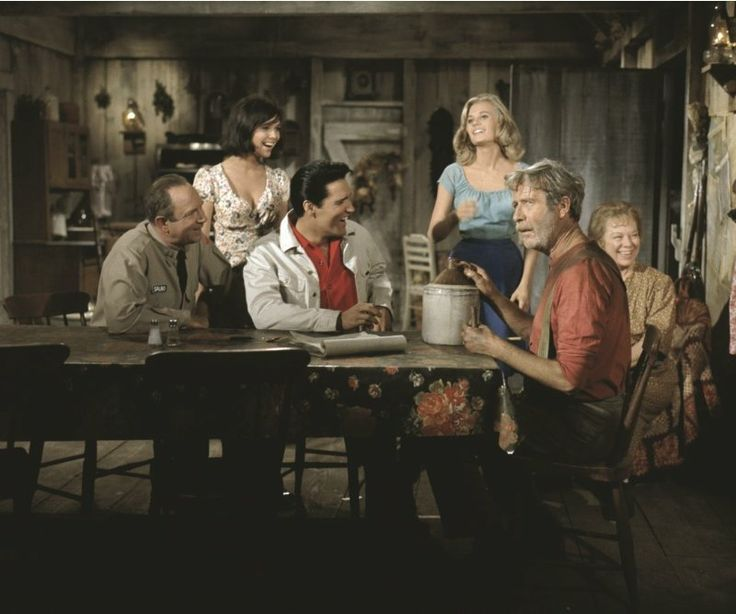 Standing: Yvonne Craig and Pamela Austin. Sitting: Jack Albertson, Elvis Presley, Arthur O'Connell and Glenda Farrell in the Tatum shack located in the Smokey Mountains of Tennessee