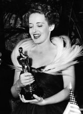 Bette Davis with her Oscar for Jezebel