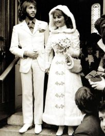 Lulu marries Maurice Gibb